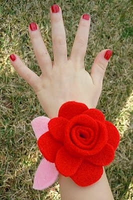 Lilly Cakes flet valentine wrist corsage