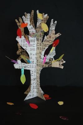 Leon, Pas Sur Les Murs paper autumn tree