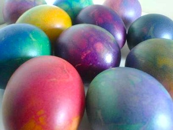 Edeltraud Mit Punkten tissue paper dyed easter eggs