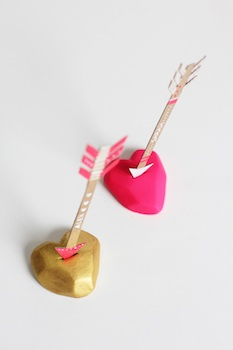 diy love-struck place cards with paper arrow and clay heart
