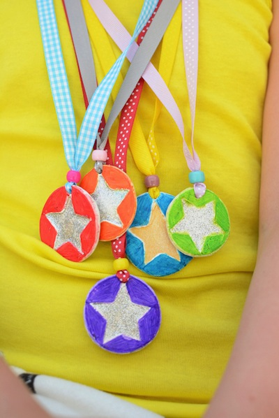 how to make a medal Father's Day craft for kids
