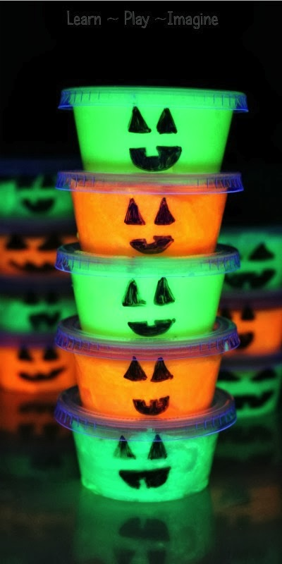 glow in the dark slime Halloween party favors DIY