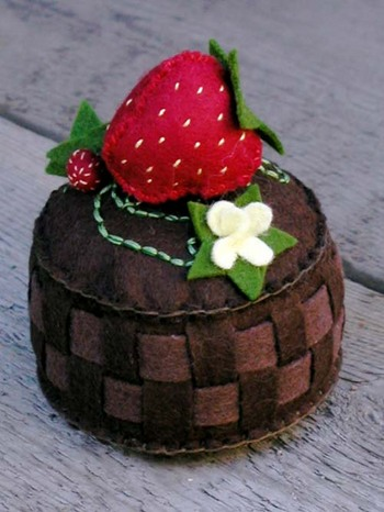 Strawberry_basket_pincushion